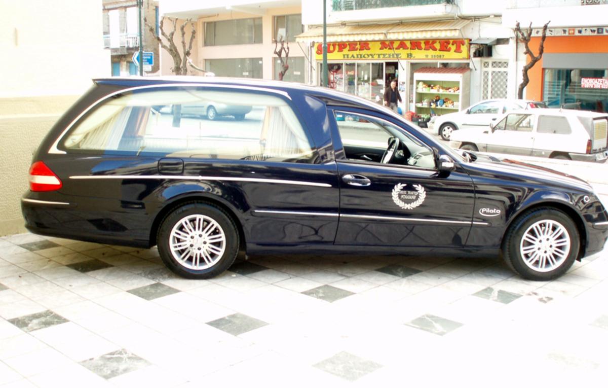 Αυτοκίνητο μεταφοράς σορού στο Αγρίνιο του γραφείου τελετών Νταλιάνη